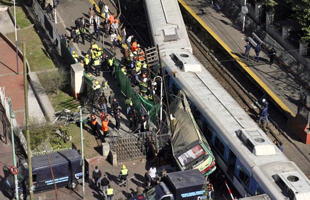 Equipes de resgate trabalham em local de acidente, em Buenos Aires (Foto: Reuters)