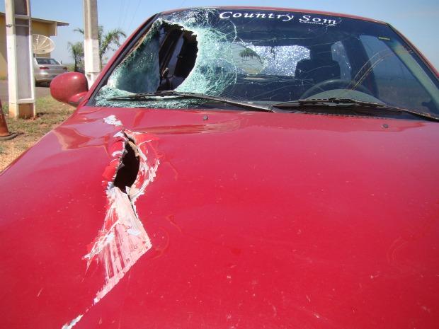Carro quebrado por peça de carreta na BR-163, em Naviraí - MS (Foto: Odilo Balta/Jornal Correio do Sul)