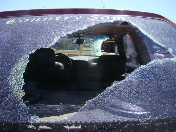 Carro quebrado por peça de carreta na BR-163, em Naviraí - MS 2 (Foto: Odilo Balta/Jornal Correio do Sul)