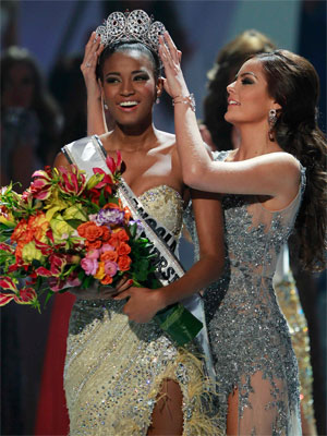 Leila Lopes recebe coroa de Miss Universo (Foto: Reuters)