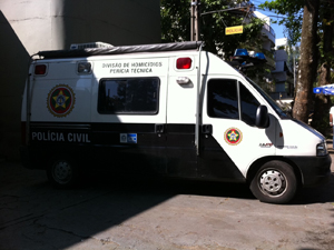 Veículo da polícia transportará armas apreendidas para perícia (Foto: Thamine Leta/G1)