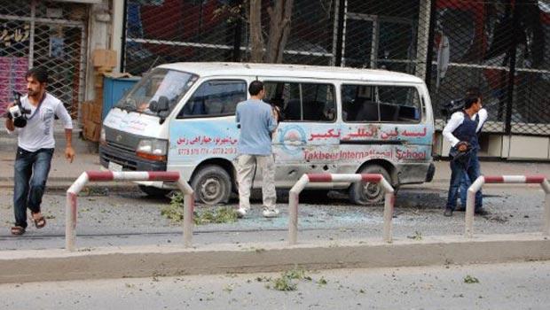 Jornalistas cercam van atingida por tiros durante o ataque desta terça-feira (13) em Cabul (Foto: AFP)