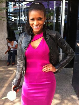 Miss Universo 2011 deixa hotel de São Paulo nesta terça-feira (13) (Foto: Graziela Salomão/G1)