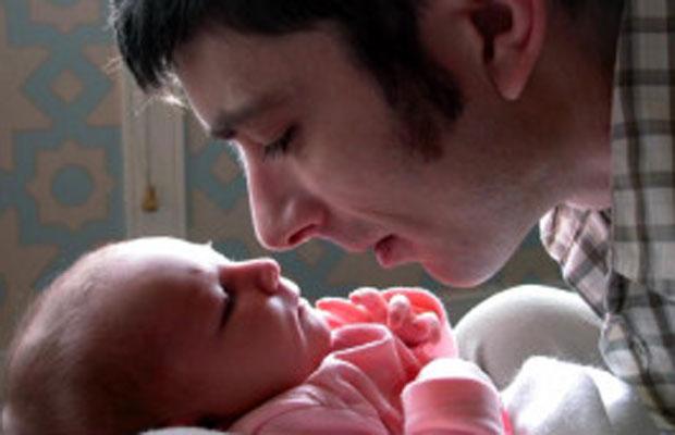 Pai com bebê (Foto: BBC)