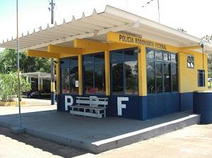 Homens foram detidos no posto da Polícia Rodoviária Federal de Uruaçu (GO) (Foto: Divulgação/PRF-GO)