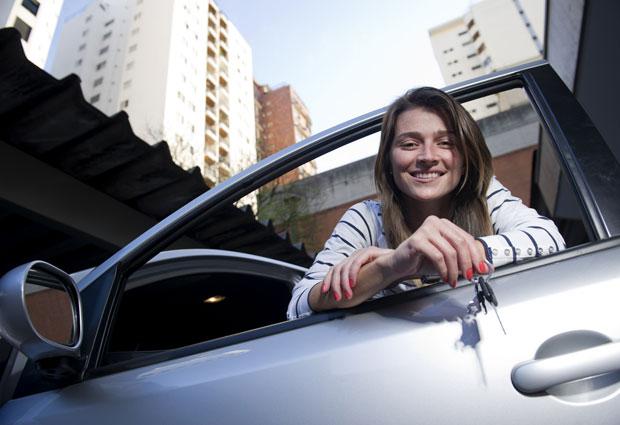 A designer Renata Reis aproveitou a redução do IPI para antecipar a compra de um carro novo em 2009 (Foto: Raul Zito/G1)