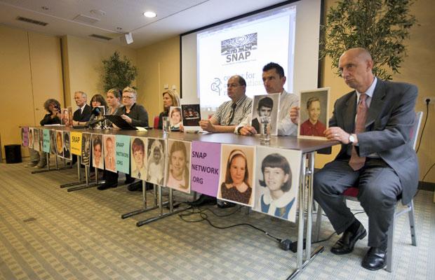 Membros da Associação de Sobreviventes de Abusados por Padres dão entrevista coletiva em Voorburg, na Holanda (Foto: Rob Keeris/AP)