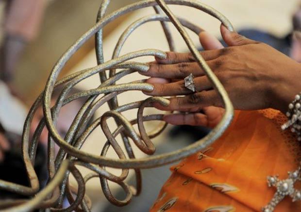 O comprimento total da unhas de Chris Walton é de 6,02 metros. (Foto: Stan Honda/AFP)