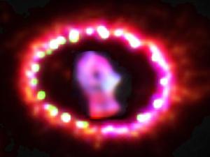 Anel ao redor da estrela brilha por conta a ação de raios X na região. (Foto: Nasa)