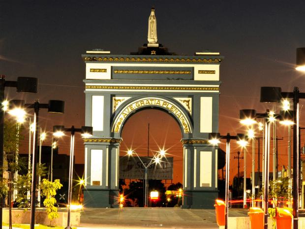 Sobral tem modelo de Arco do Triunfo, a exemplo do há em Paris, França (Foto: Wellington Macedo/Agência Diário)