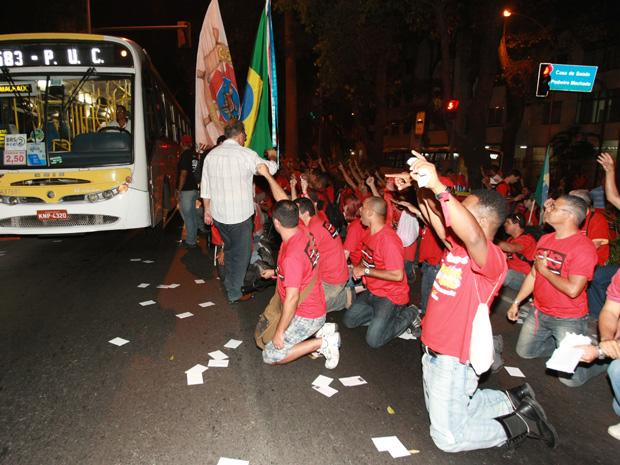 Bombeiros protestaran em frente ao Palácio Guanabara, na Zona Sul (Foto: Carlos Ivan / Ag. O Globo )