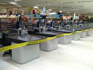 Fita colocada entre os caixas do Carrefour (Foto: Divulgação/Procon-SP)