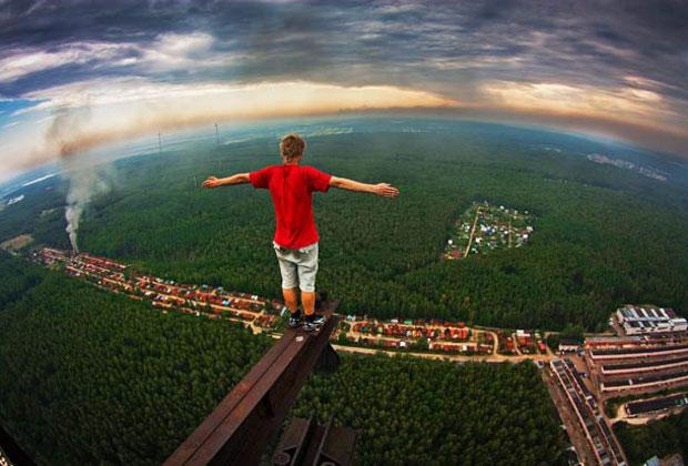 Marat Dupri não parece ter medo de altura ao fotografar imagens de edifícios altos de Moscou (Foto: Caters News)