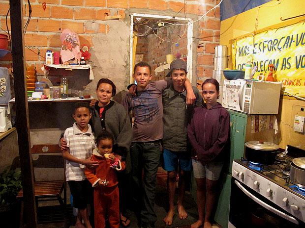 A dona de casa Diana do Nascimento, que mora em seis numa casa simples da Favela da Paz, tem medo de ser despejada para a construção de um Terminal Rodoviário de acesso ao estádio (Foto: Raphael Prado/G1)