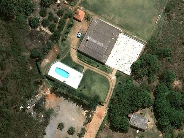 Imóveis construídos irregularmente dentro da Floresta Nacional de Brasília têm até piscinas (Foto: Reprodução)