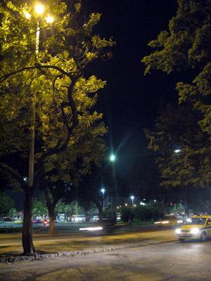 Postes iluminados em Botafogo, após reclamação de defeito pela internet (Foto: Patrícia Kappen/G1)