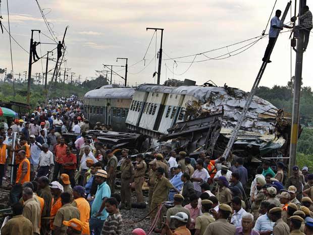Equipes de resgate e voluntários ajudam na remoção de corpos e feridos após dois trens se chocarem na Índia. (Foto: Aijaz Rahi / AP Photo)
