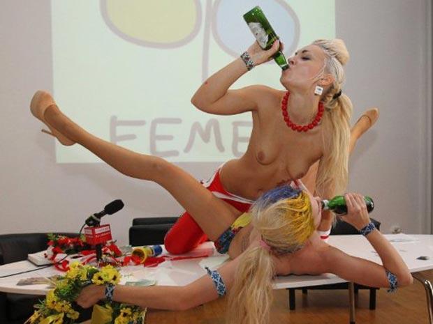 Ativistas do movimento feminista ucraniano Femen fazem uma performance nesta quinta-feira (15) durante entrevista em centro cultural em Varsóvia, na Polônia (Foto: AFP)