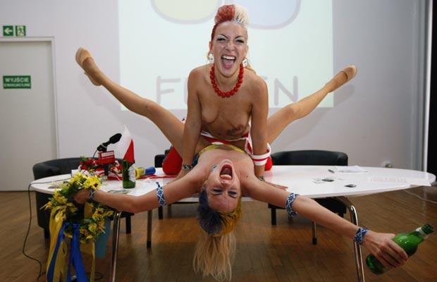 As ativistas fizeram o papel de Blyadek e Blyadko, mascotes 'alternativas' da Euro 2012, que gostam de sexo, futebol e álcool. O grupo quer mostrar o 'lado marginal' da preparação da Ucrânia para sediar o campeonato, que envolveria  corrupção e máfias ligadas a turismo sexual, prostituição e venda de álcool (Foto: Reuters)