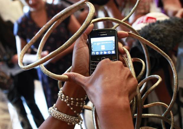 Chris Walton usa o celular na biblioteca pública de Nova York. (Foto: Shannon Stapleton/Reuters)