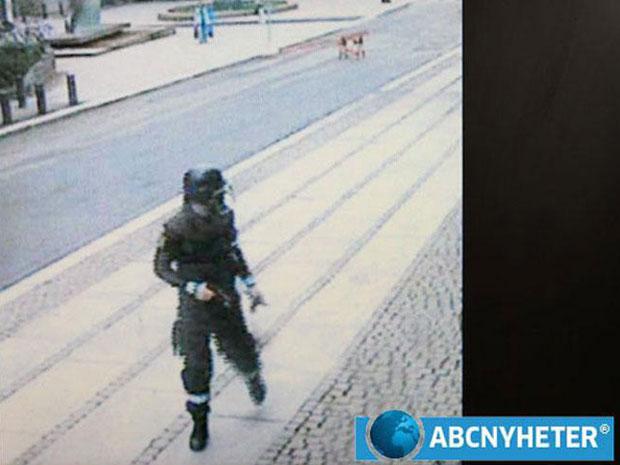 Anders Behring Breivik é visto aparentemente correndo com roupa de policial após plantar a bomba no centro de Oslo (Foto: Reuters/ABC Nyheter via Scanpix)