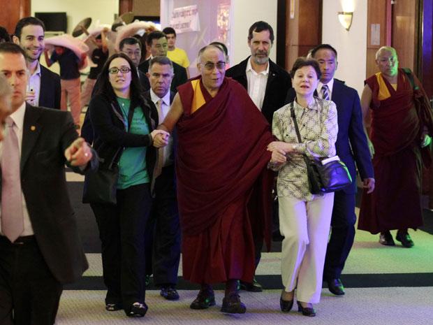 O monge budista permanece no país até o sábado (17). Na sexta, ele tem na agenda uma coletiva de imprensa, onde responderá perguntas sobre negócios, ciência e religiosidade. A China, contrária à independência do Tibete, dificulta as visitas internacionais do Dalai Lama, pressionando os governos a negar sua estadia ou a evitar condecorações, como ocorreu em Buenos Aires nos últimos dias e em Washington, em julho deste ano (Foto: Andre Penner/AP)