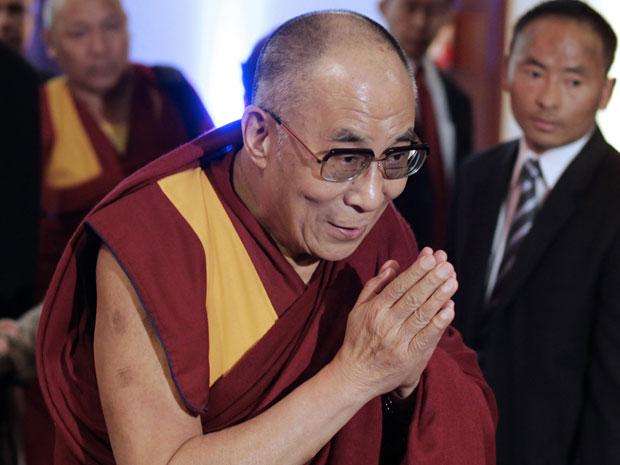 O líder espiritual tibetano Dalai Lama chegou nesta quinta-feira (15) em visita ao Brasil, e foi recebido para proferir uma palestra a empresários em um hotel de São Paulo (Foto: Andre Penner/AP)