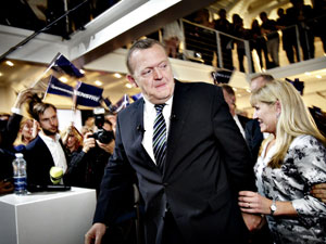 Lars Lokke Rasmussen ao lado de sua mulher, após o anúncio da derrota (Foto: AP)
