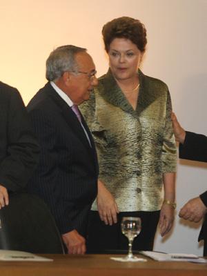 A presidente Dilma Rousseff e o novo ministro do Turismo, Gastão Vieira, durante fórum do PMDB, em Brasília. (Foto: Ed Ferreira/AE)