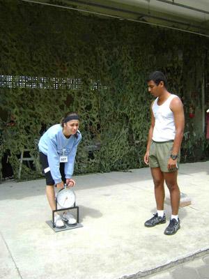 Mulher em teste físico dos Correios (Foto: Adriana Manfredini/Correios)