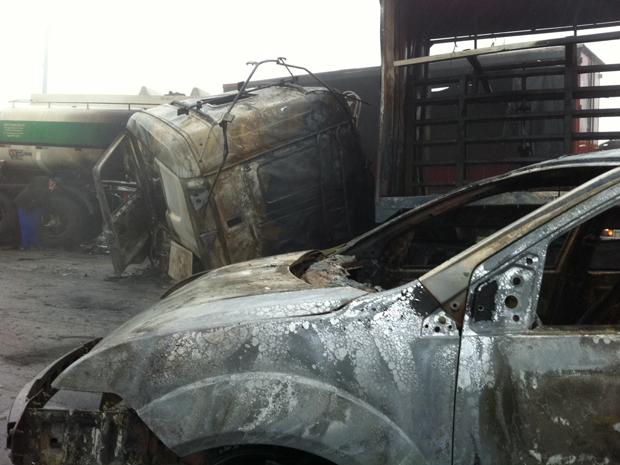 Caminhão que transportava produtos químicos perdeu o controle, invadiu a pista contrária e provocou o acidente (Foto: Carolina Iskandarian/ G1)