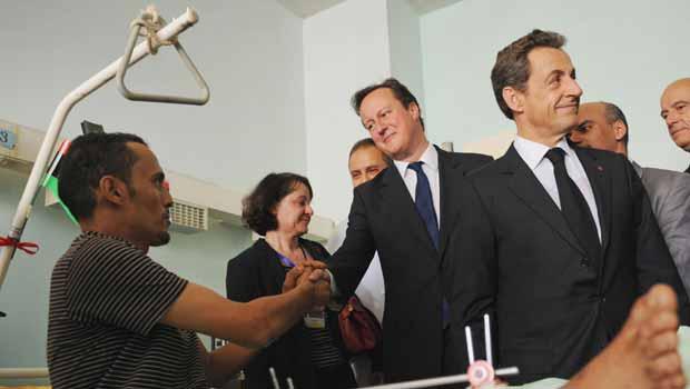 O premiê britânico, David Cameron, e o presidente da França, Nicolas Sarkozy, visitam feridos em combate nesta quinta-feira (15) em hospital de Trípoli, capital da Líbia (Foto: AP)