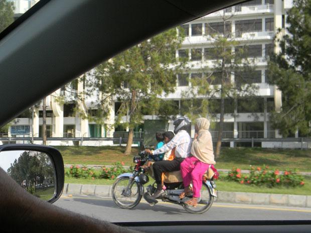 Família inteira em moto chamou atenção de brasileiro em Islamabad, no Paquistão (Foto: Marcus Tulio de Melo/VC no G1)