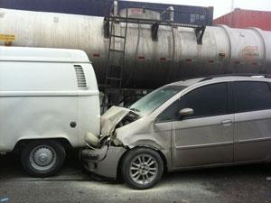 Carros envolvidos no acidente na Rodovia dos Imigrantes (Foto: Roberty Sarinho Ferreira/VC no G1)