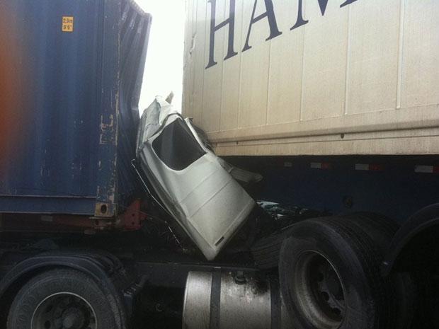 Cabine de caminhão ficou esmagada depois da batida (Foto: Roberty Sarinho Ferreira/VC no G1)