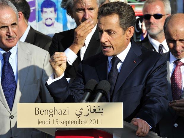 O presidente da França, Nicolas Sarkozy, discursa nesta quinta-feira (15) em Benghazi, sede da rebelião que derrubou Kadhafi (Foto: AP)