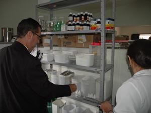 Farmácia da USF está exposta no meio da sala (Foto: Divulgação/MPPB)