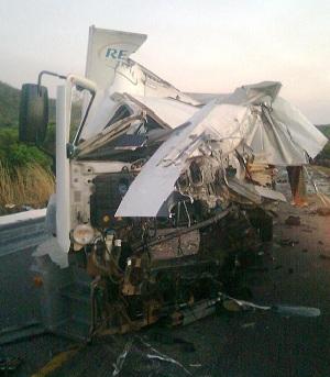 Colisão entre caminhões na BR-153 deixou dois feridos. (Foto: Divulgação/PRF-GO)