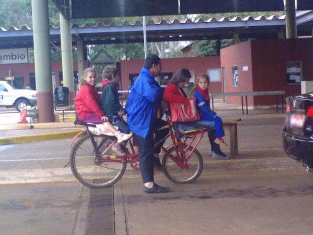 Bicileta superlotada na aduana entre Argentina e Brasil (Foto: Alexandre Gomes/VC no G1)