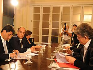 Empresário e governador assinam protocolo de intenções para construção (Foto: José Marques/Secom-PB)