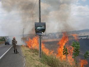 Incêndio na margem da BR-230 em Cajazeiras, PB (Foto: Pereira Júnior/Folha do Sertão)