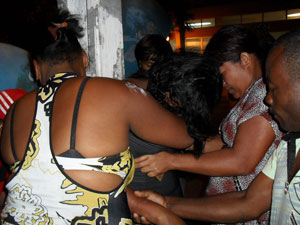 Mulher é retirada de correntes em Feira de Santana (Foto: Site Acorda Cidade)