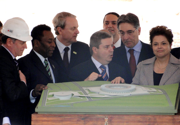 A presidente Dilma Rousseff, em visita às obras do estádio Mineirão, em Belo Horizonte, acompanhada do governador mineiro Antonio Anastasia, do ex-jogador Pelé e do ministro Fernando Pimentel. (Foto: Humberto Trajano/TV Globo Minas)