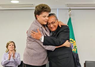 A presidente Dilma Rousseff e o novo ministro do Turismo, Gastão Vieira, durante a posse no Palácio do Planalto. (Foto: Roberto Stuckert Filho/PR)