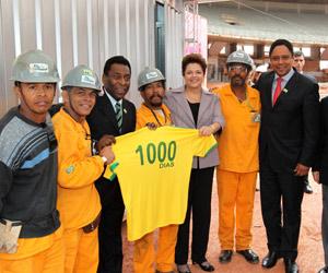A presidente Dilma Rousseff e o ministro do Esporte, Orlando Silva, tiram fotos com operários das obras do estádio Mineirão, em Belo Horizonte (Foto: Roberto Stuckert Filho / Presidência)
