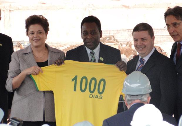 A presidente Dilma ao lado do ex-jogador Pelé em visita a obras do Mineirão (Foto: Humberto Trajano / G1)