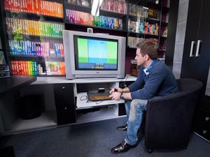 Momento raro: os videogames da coleção são usados a cada dois meses. (Foto: Vinícius Sgarbe/G1 PR)