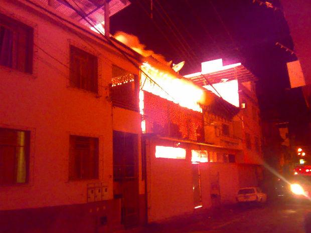 Incêndio atingiu três estabelecimentos  (Foto: Diego Rocha/ VC no ESTV)