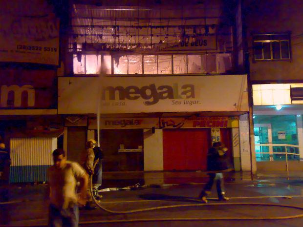 Fogo começou por volta de 1h da madrugada (Foto: Diego Rocha/ VC no ESTV)