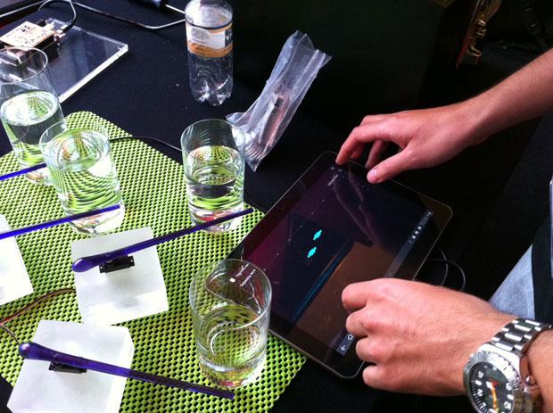 'Caipirinha Hero' faz músicas em copos com o uso de um tablet (Foto: Amanda Demetrio/G1)